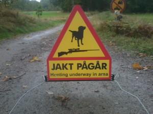 Flyttbar skylt med hund o gevärssymbol samt engelsk text hunting