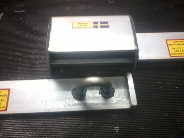 Specialtillverkad låsbom dubbelbommen visar kåpa och bygel