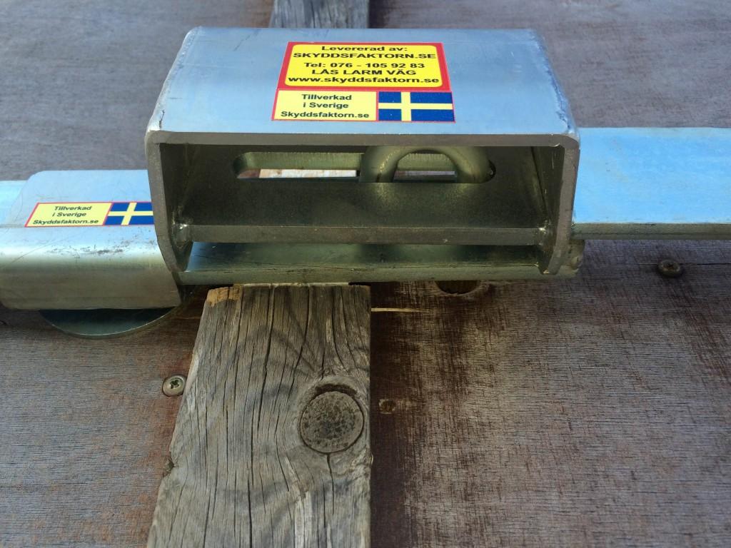 Specialtillverkad låsbom dubbelbommen. visar mitten. kundbild
