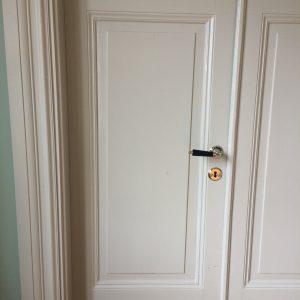 Exklusivt handtag modell 954 samt nyckelskylt till detta på fin spegeldörr. Bild från en nöjd kund på Drottningholm