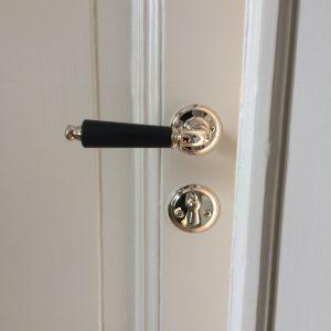Exklusivt handtag modell 954 samt nyckelskylt till detta. Bild från en nöjd kund på Drottningholm
