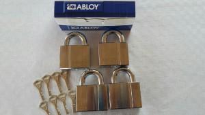 Hänglås Abloy. Lika låsning 8 nycklar. Klass 4