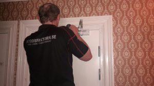 Montering av dörrstängare och lås på säkerhetsdörrar.