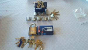 låssystem Kaba och hänglås med Assa nyckel