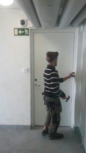 Montering av dörr mm i källare. 1jpg