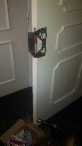 Låsinstallation med borrmall på dörr