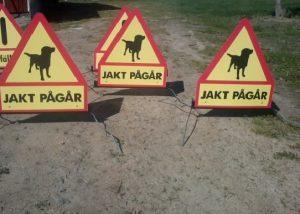 Flyttbara skyltar kapell 1 jakt pågår. med hundsymbol 1