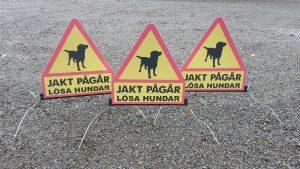 Flyttbara skyltar jakt pågår lösa hundar. 8 okt