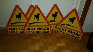 Flyttbara skyltar. Hund och gevärssymbol Jakt pågår Lösa hundar