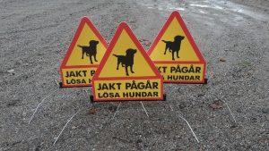 Flyttbara skyltar Jakt pågår Lösa hundar ny ny